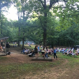 The crowd on a Sunday evening bluegrass jam session with flatfooting lessons!