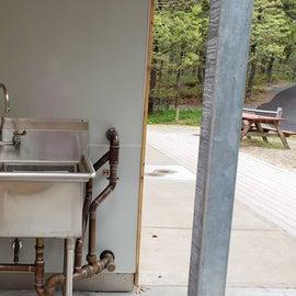 Dishwashing sinks