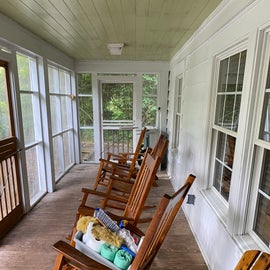 And screened-in front porch!