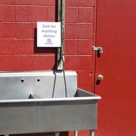 Dishwashing sink